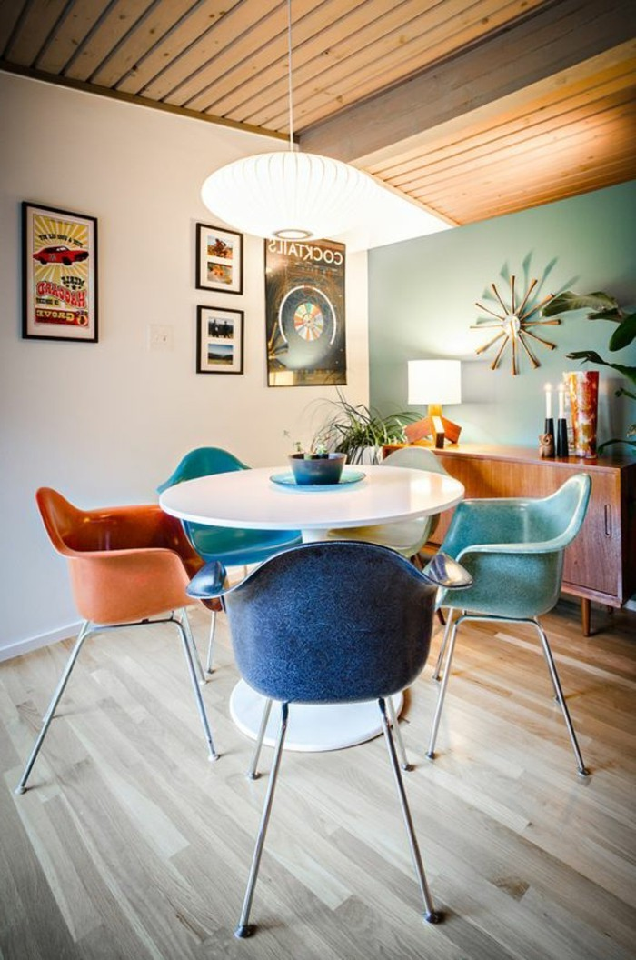 Art-Interieur-farbige-Designer-Stühle