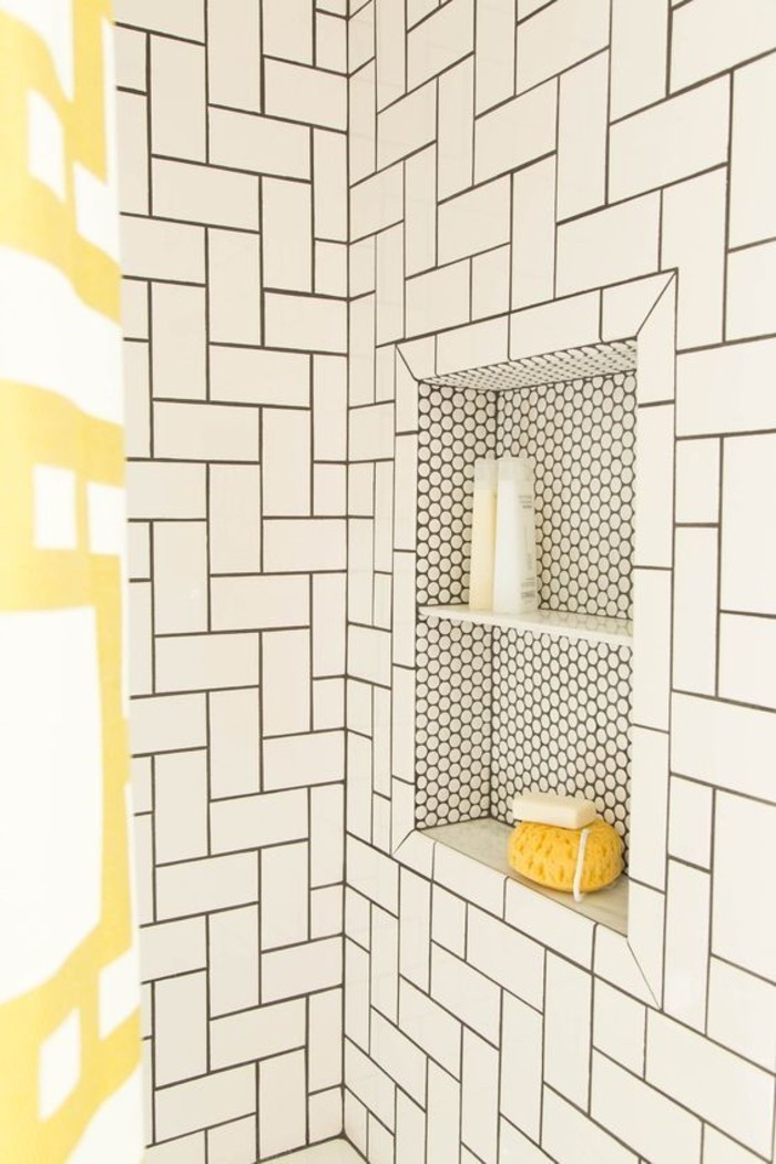 Badezimmer-Interieur-mit-graphischem-Desgin