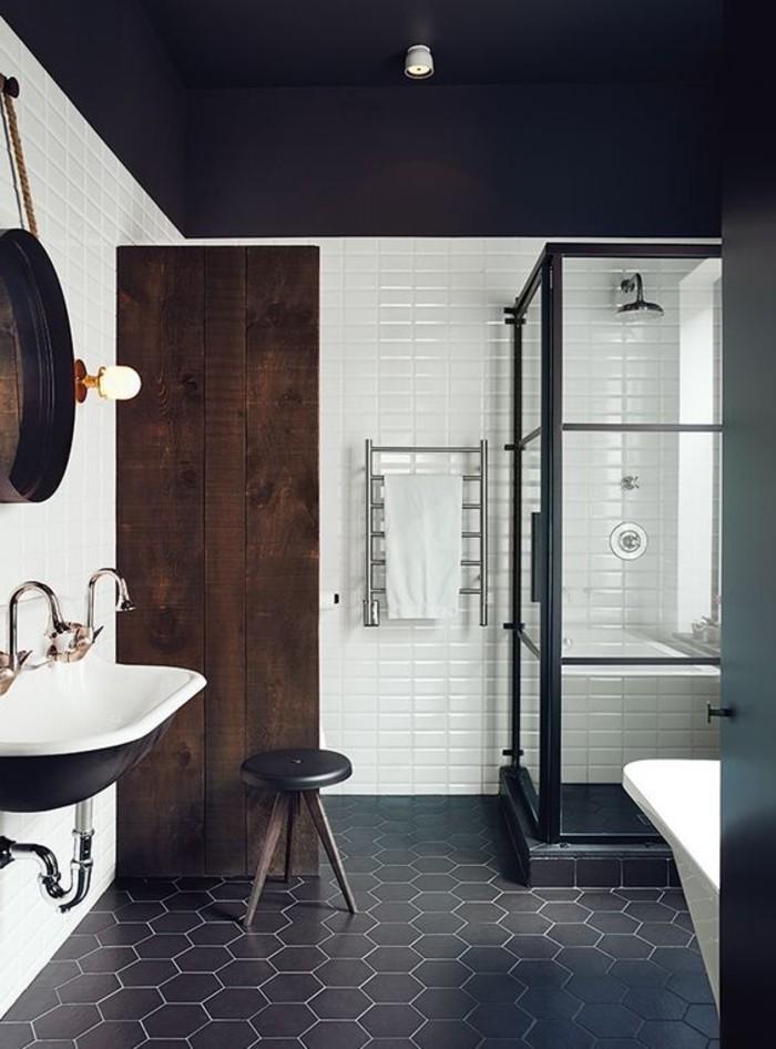 Badezimmer-in-kontrastierenden-Nuancen-gestalten