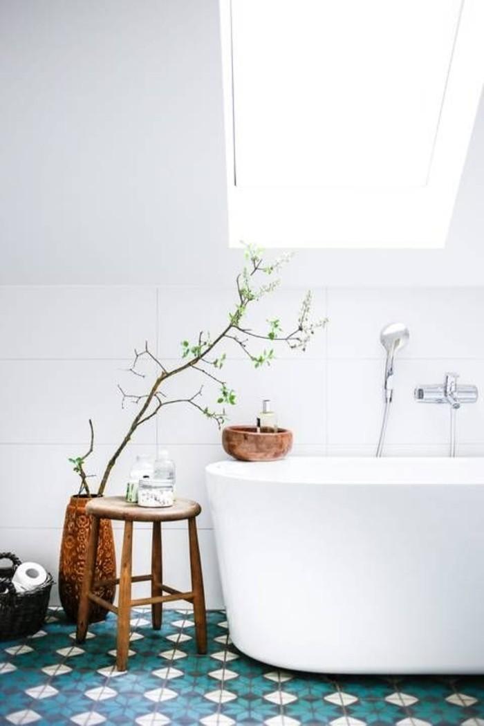 Badezimmer-komplett-in-Weiß-erfrischt-durch-bunte-Bodenfliesen