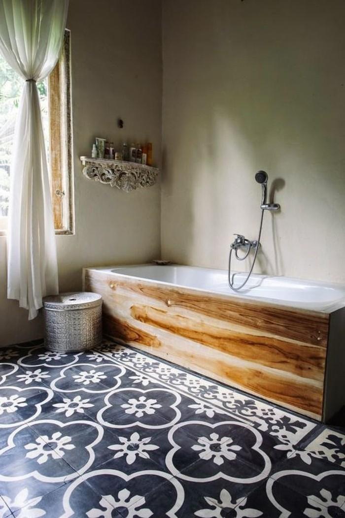 Badezimmer-mit-Badewanne-und-eklektischem-Interieur