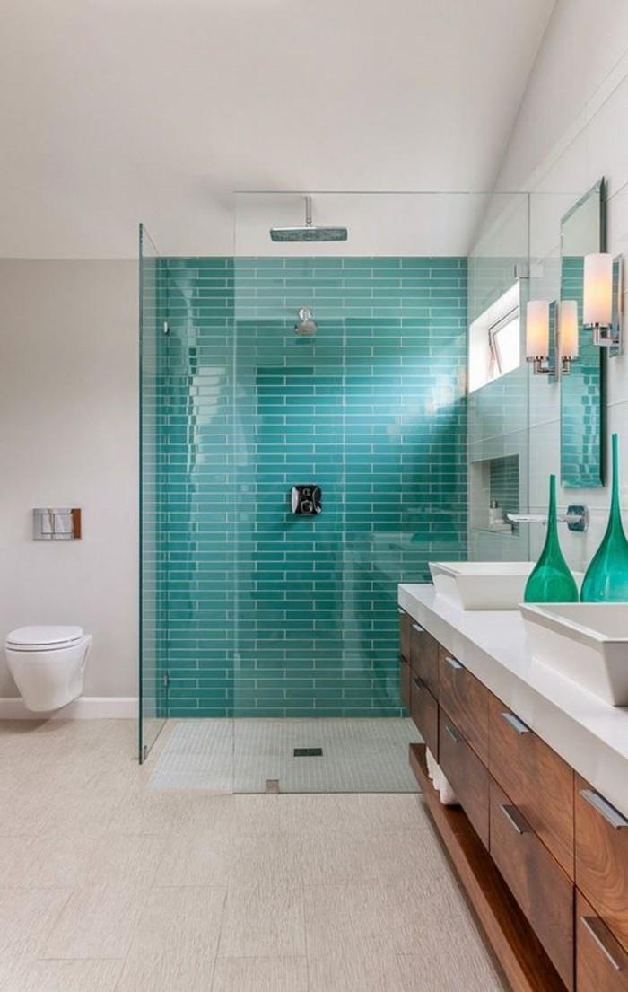 Badezimmer-mit-Duschkabine-Wand-in-türkis-Farbe-blaue-und-grüne-Akzente