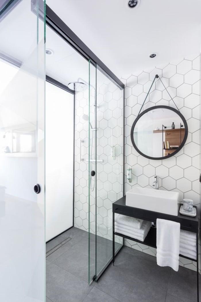 Badezimmer-mit-Duschkabine-weiße-eckige-Badfliesen