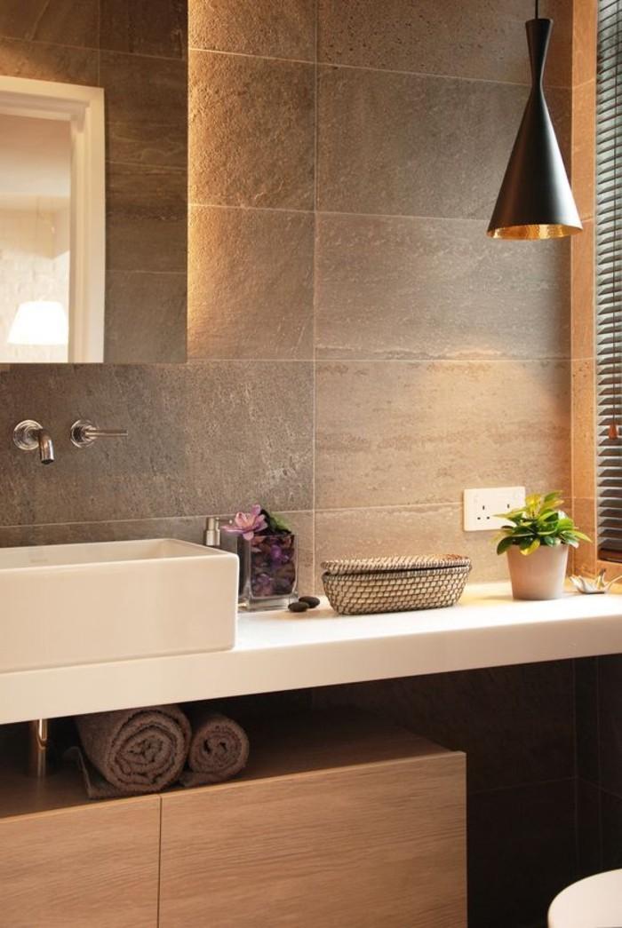 Badezimmer-mit-LED-Spa-Leuchten-und-fantastischen-Steinfliesen