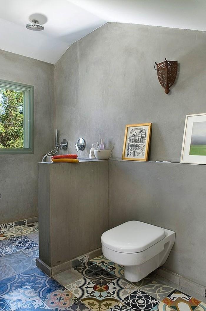 Badezimmer-mit-grauen-Wänden-und-bunten-Bodenfliesen