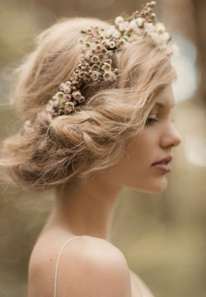 Blumen-haarschmuck-blumen-blonde-frau