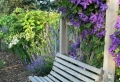Die Gartenbank – Treffpunkt der Romantik und Erholung