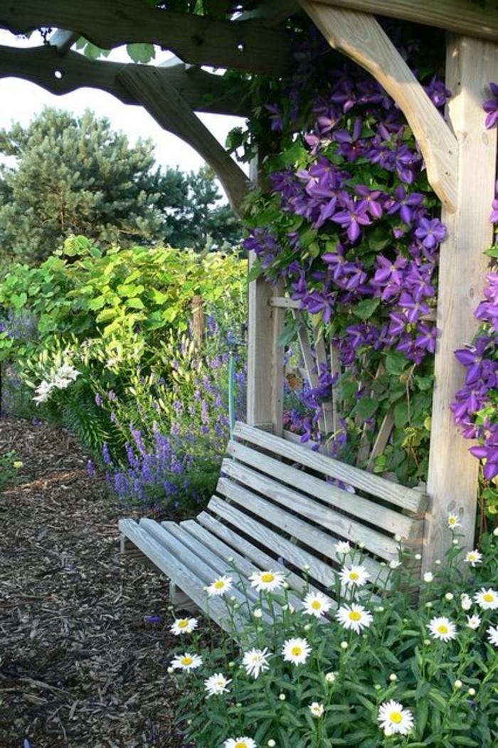 Blumengarten-mit-hölzerner-Gartenbank-für-Erholung