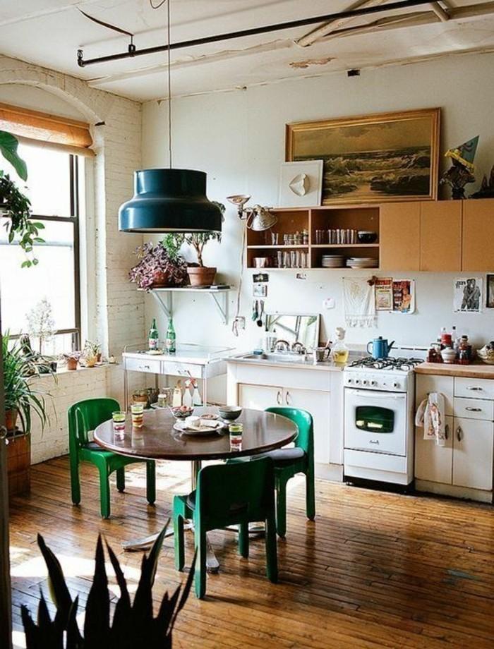 Boho-Küche-kleiner-runder-Tisch-grüne-Stühle