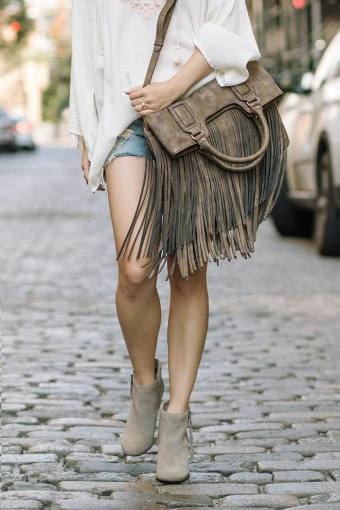 Boho-Outfit-weiße-Bluse-kurze-Denim-Hosen-große-Handtasche-mit-Fransen-in-Beige