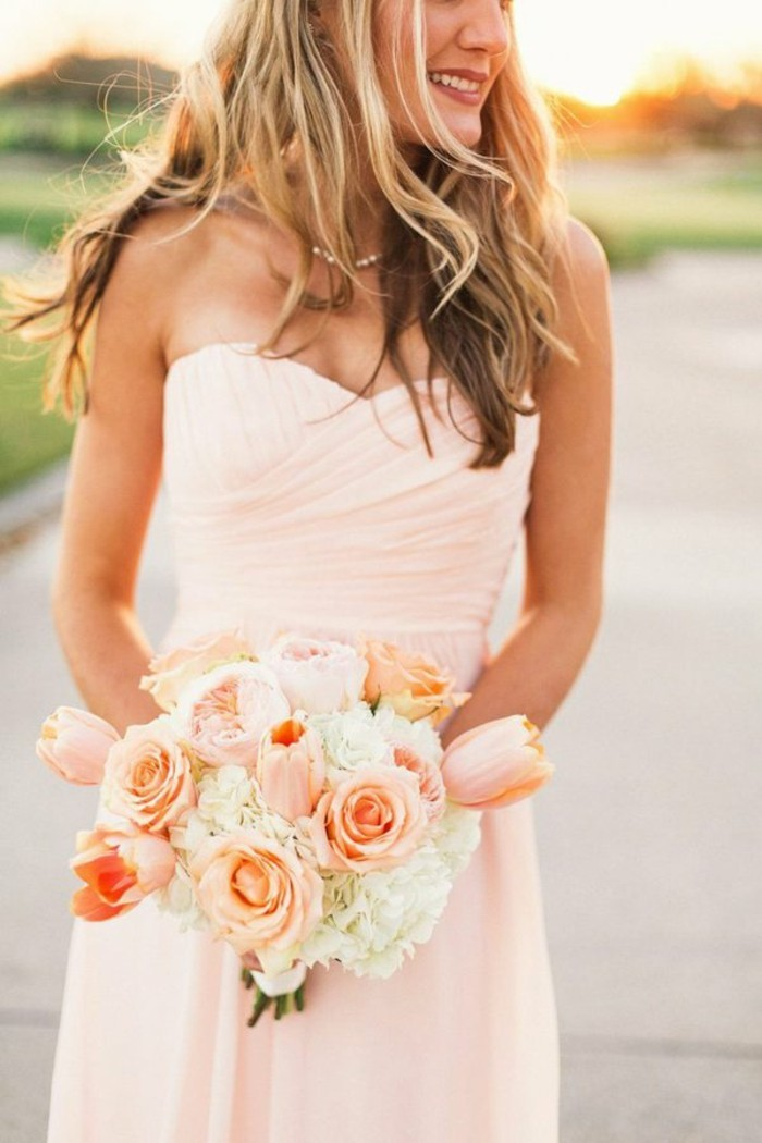 Brautkleid-in-Rosa-brautstrauß-aus-rosen