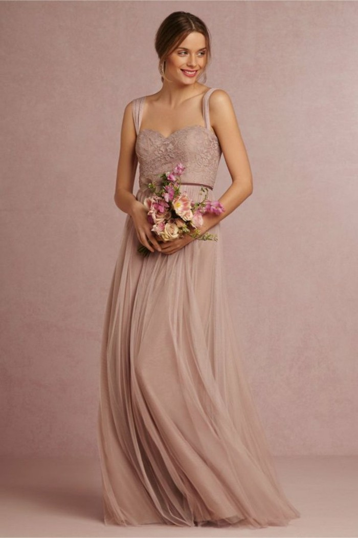 Brautkleid-in-Rosa-dunkel-und-brautstrauß-schlicht