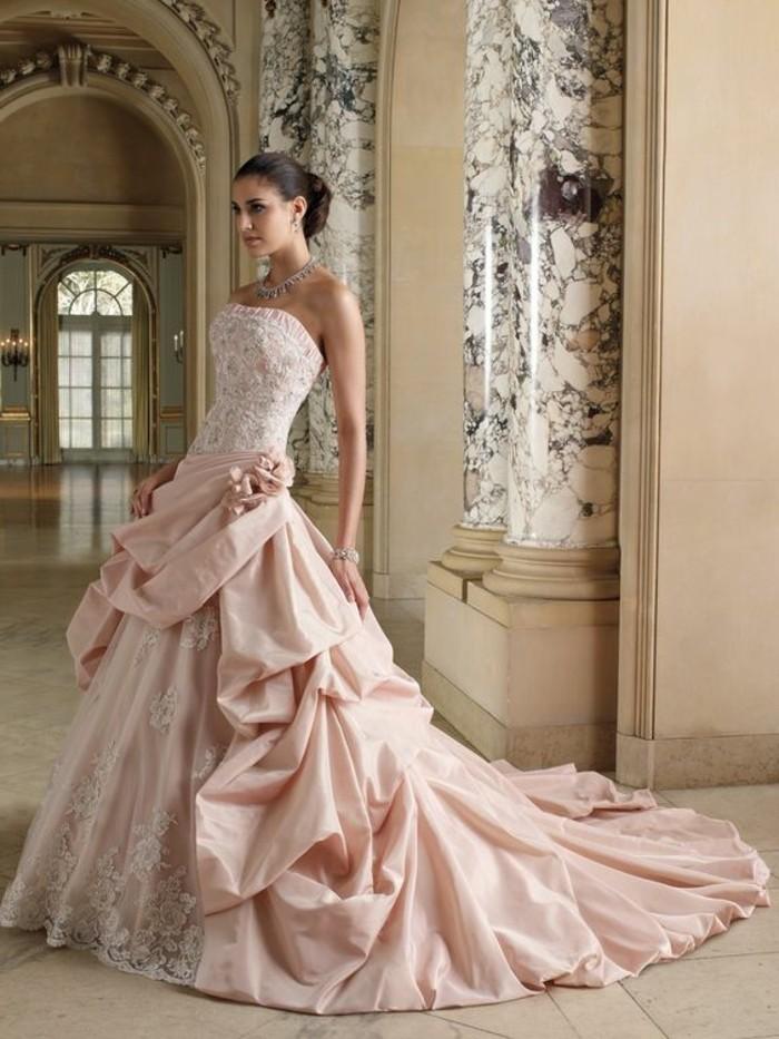 prachtvolle Brautkleider mit langer Schleppe drapiert