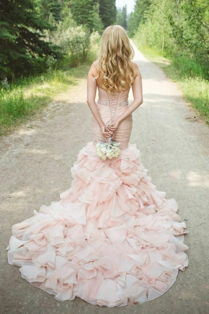 Brautkleid-in-Rosa-mit-schleppe