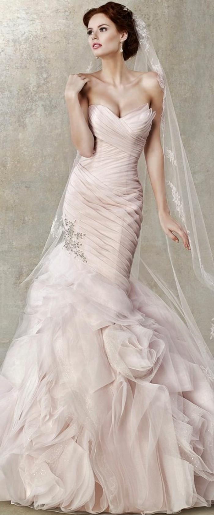 Brautkleid-in Rosa-und langen-schleier