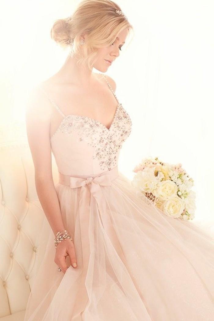 Brautkleid-in Rosa-und-rosenblumenstrauß