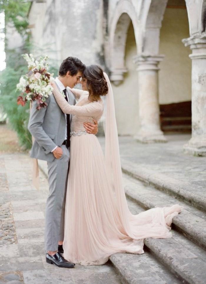 Brautkleid-in-Rosa-vintage-mit-schleppe
