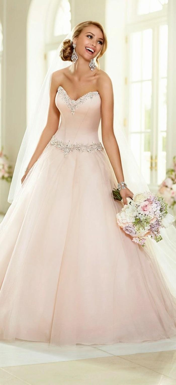 Rosa Brautkleid für einen glamourösen Hochzeits-Look