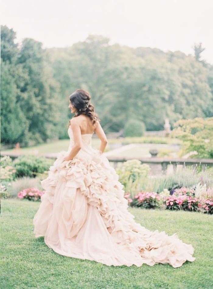 Brautkleid-mit-langer-Schleppe-in-Rosa