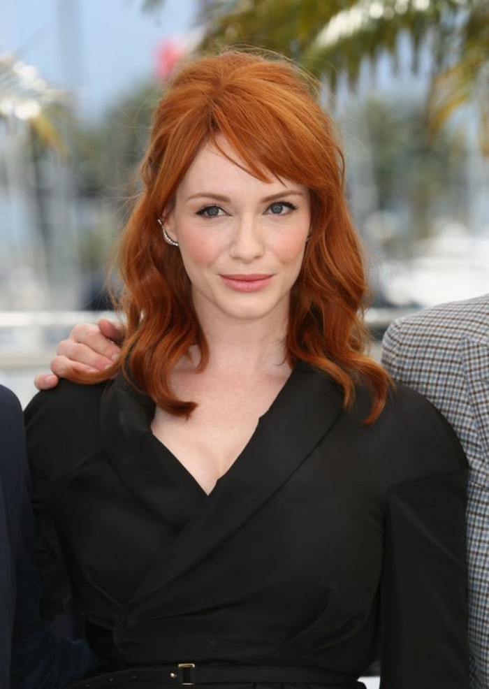 Christina-Hendricks-am-Cannes-Film-Festival-mit-faszinierender-Kupfer-Haarfarbe-die-Ihrer-Hautfarbe-wunderschön-passt