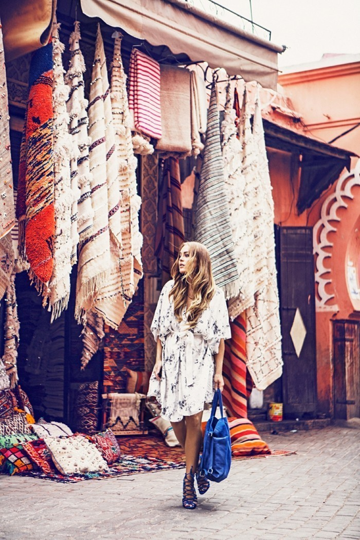 Dame-mit-buntem-Kimono-Kleid