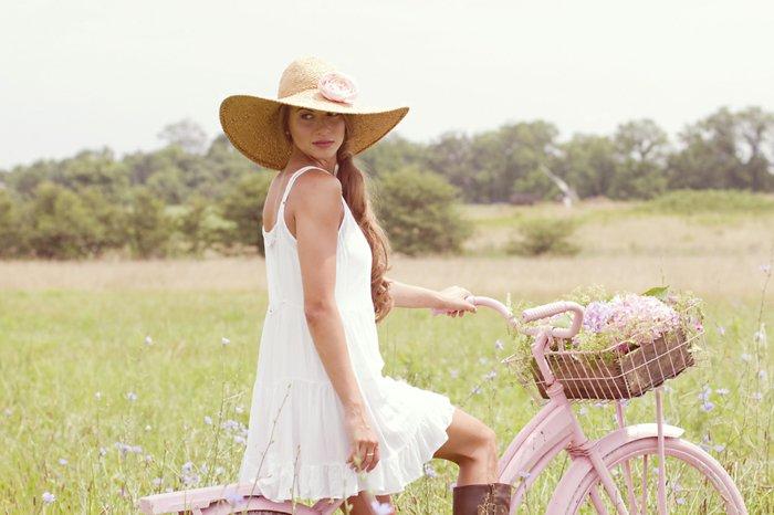Damenfahrrad-mit-Korb-vintage-Fahrrad-in-rosa-Farbe