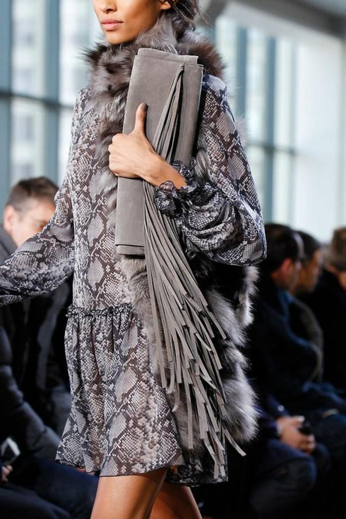 Designer-Clutch-in-Grau-mit-super-langen-Fransen