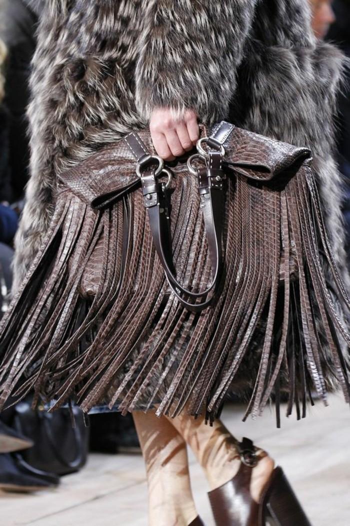 Designer-Tasche-dekoriert-mit-schwarz-grauen-Fransen