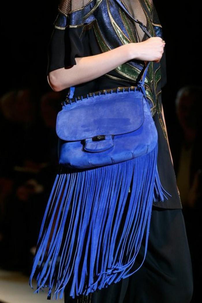 Designer-Tasche-mit-Fransen-in-cobalt-blau