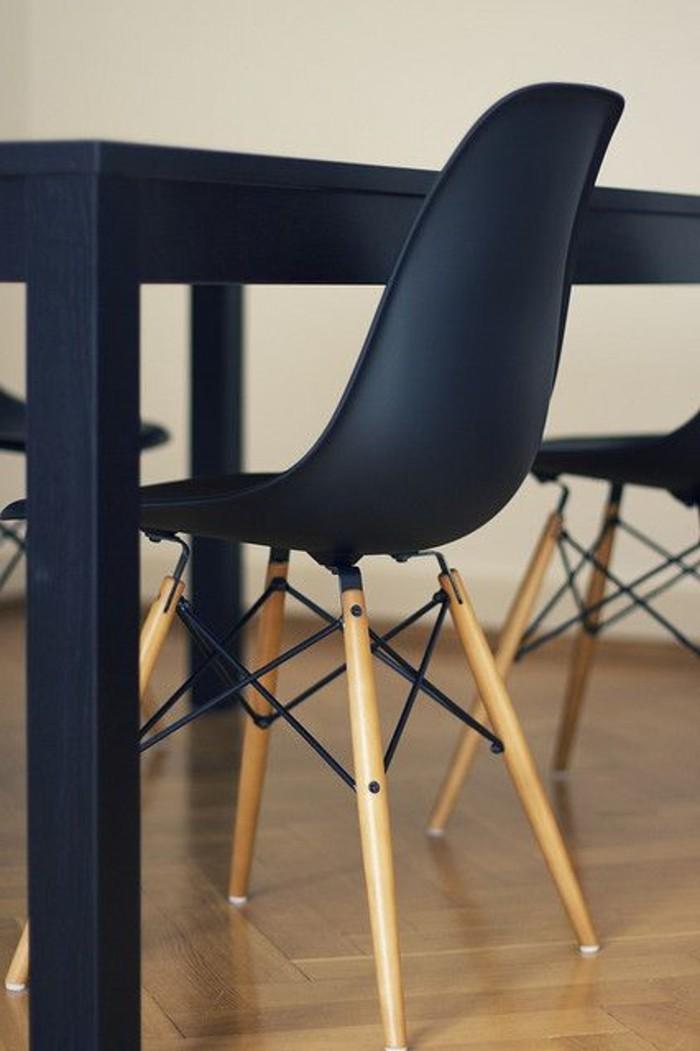 Eames-schwarzer-Stuhl-geeignet-fürs-Esszimmer