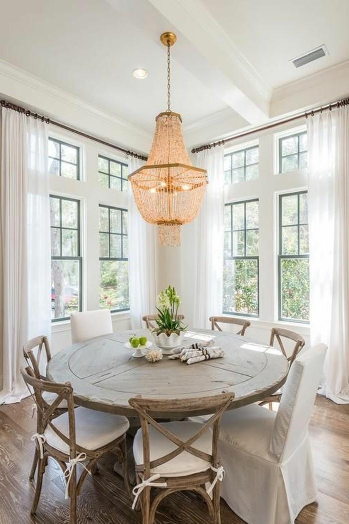 Esszimmer-in-Cottage-Stil-mit-effektvollem-Kronleuchter