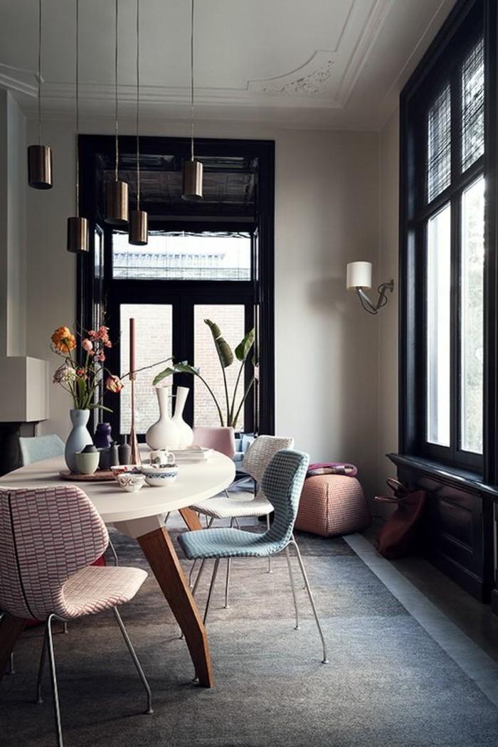 Esszimmer-mit-Designer-Stühlen-und-Leuchten