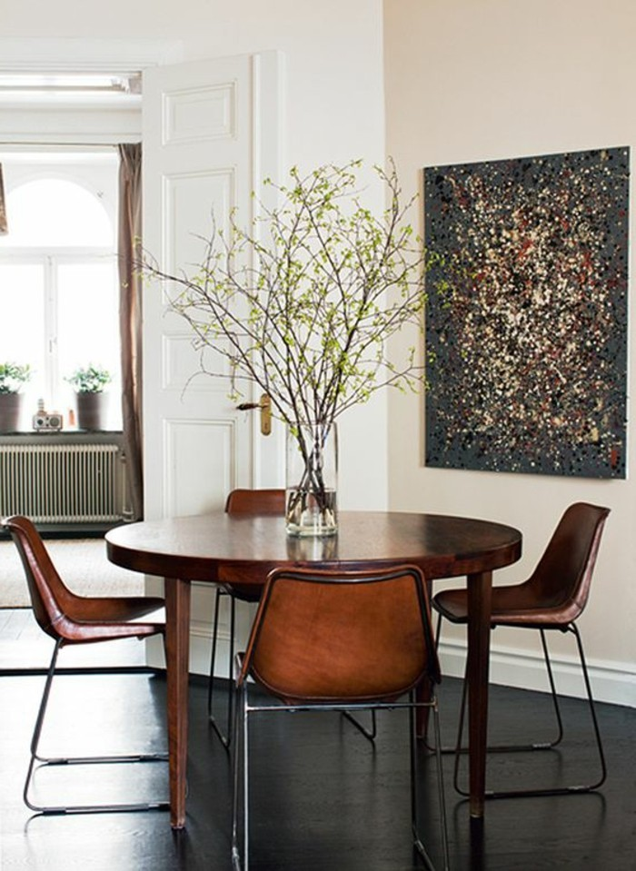 Esszimmer-mit-vintage-Interieur-Lederstühle