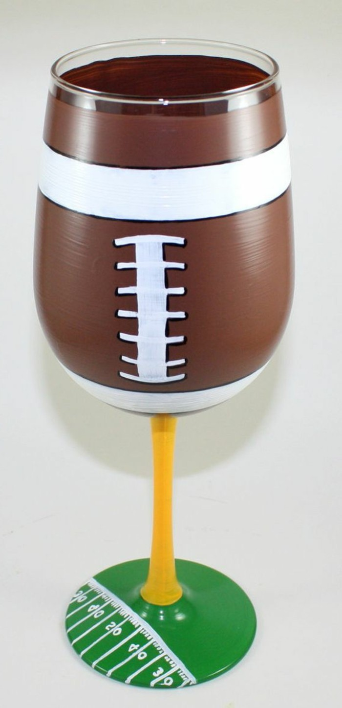 Fußball-inspiriertes-Weinglas-handgemacht-bemalt