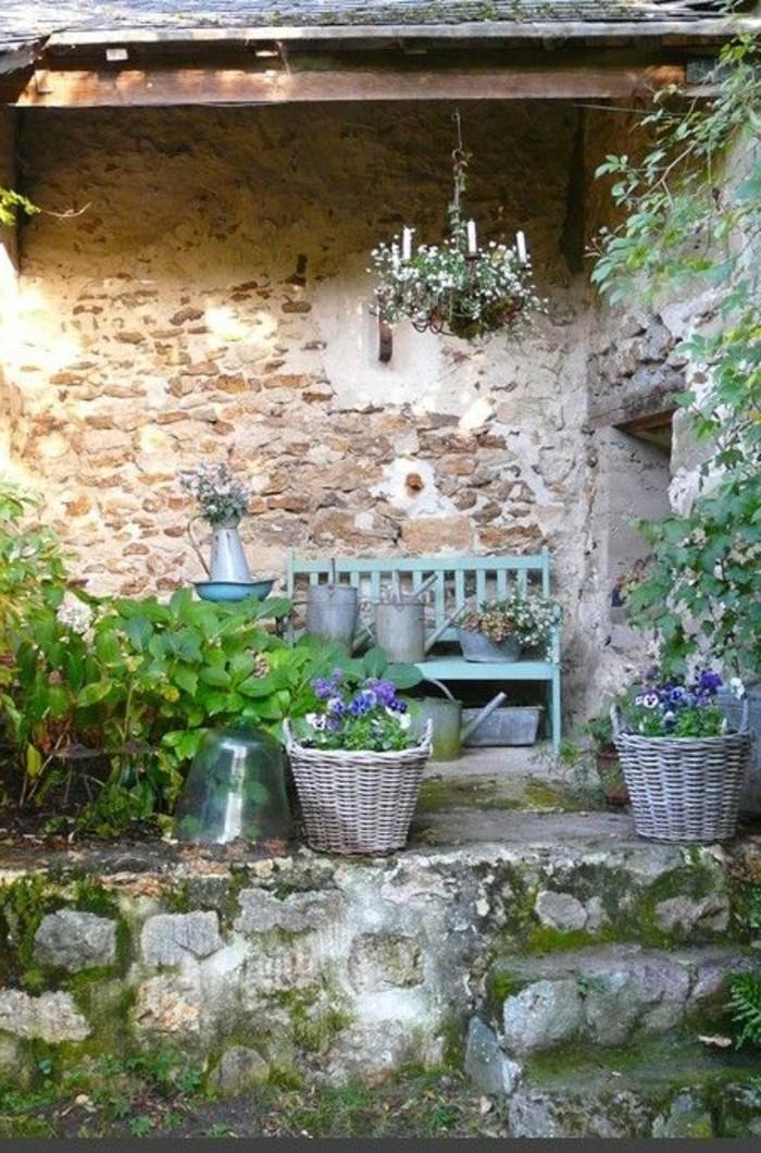 Garten-Bank-in-türkis-Farbe-in-Landhausstil