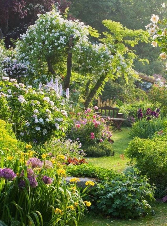 Garten-voll-mit-Blumen-Holzbank