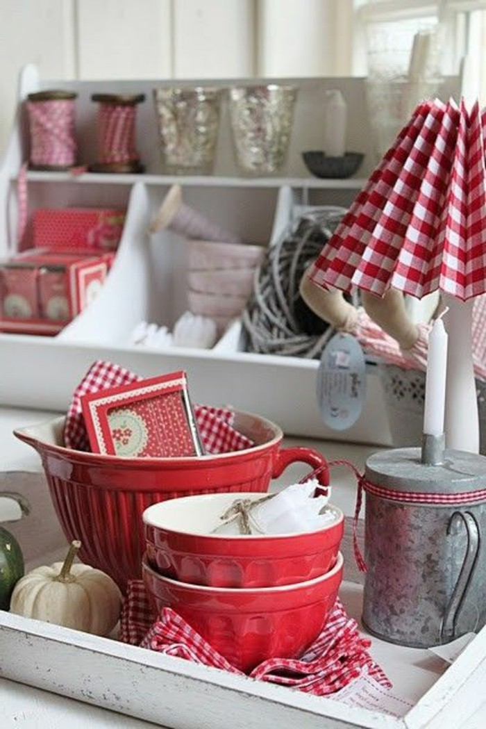 Geschirr-in-Weiß-und-Rot-kokette-Lampe-mit-kariertem-Lampenschirm