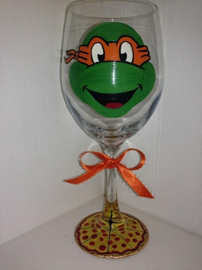 Glas-mit-lustiger-Dekoration-inspiriert-von-Ninja-Turtles