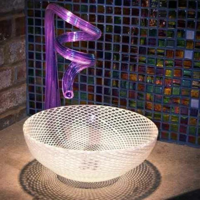 Glas-waschbecken-lila-und-mozaik