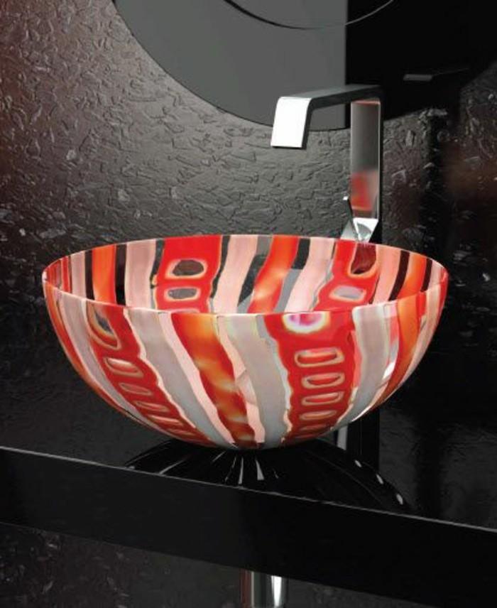 Glas-waschbecken-rot-weiß-kunstvoll