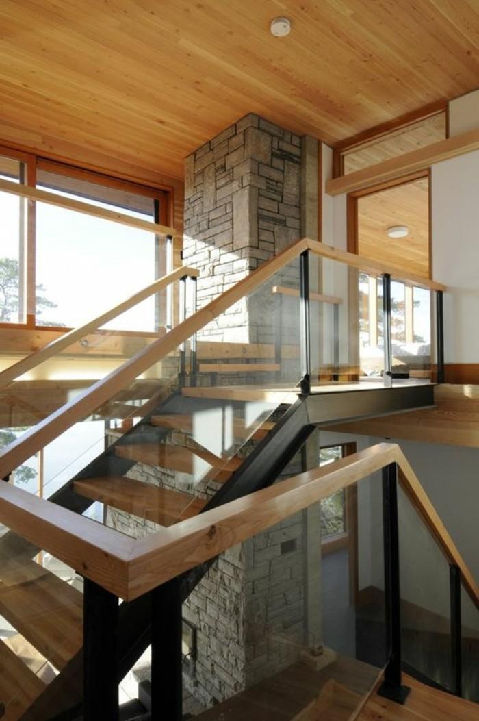 Glasgeländer-Treppe-holz-decke-und-stein