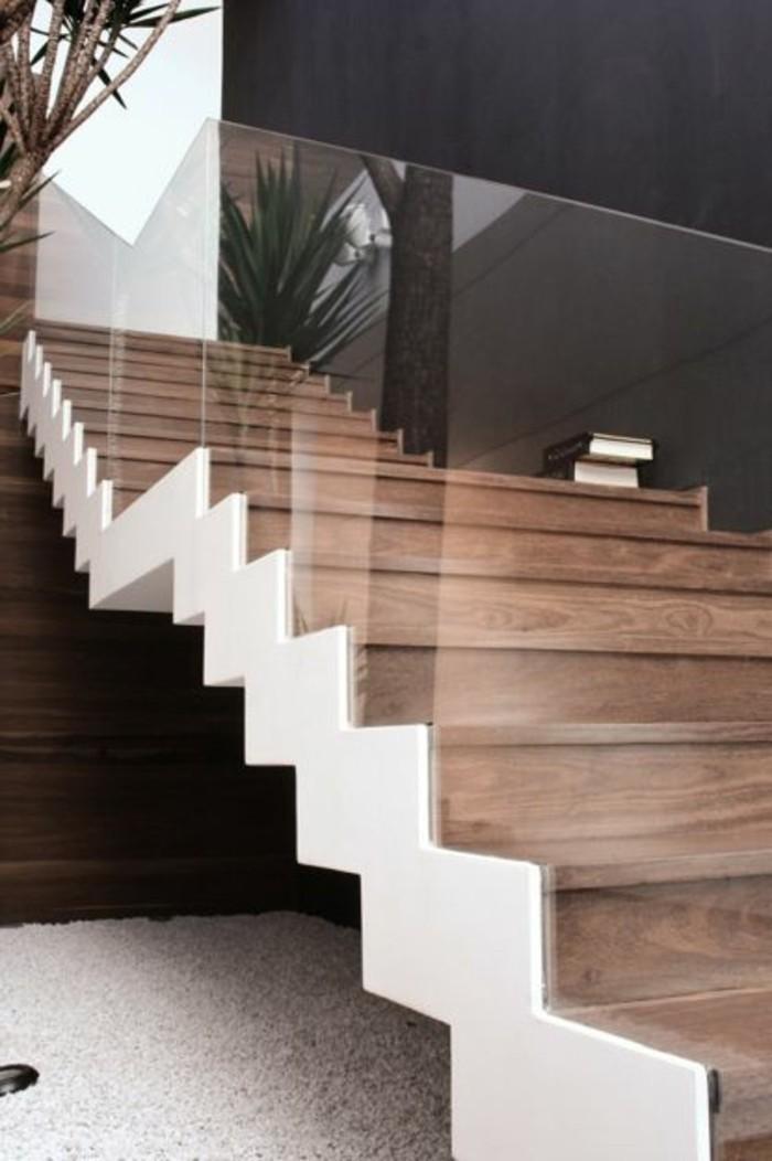 Glasgeländer-Treppe-holz-graue-wand