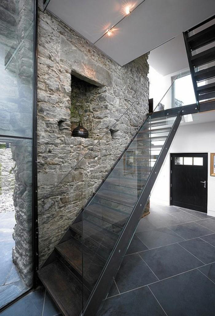 Glasgeländer-Treppe-rustikal-stein