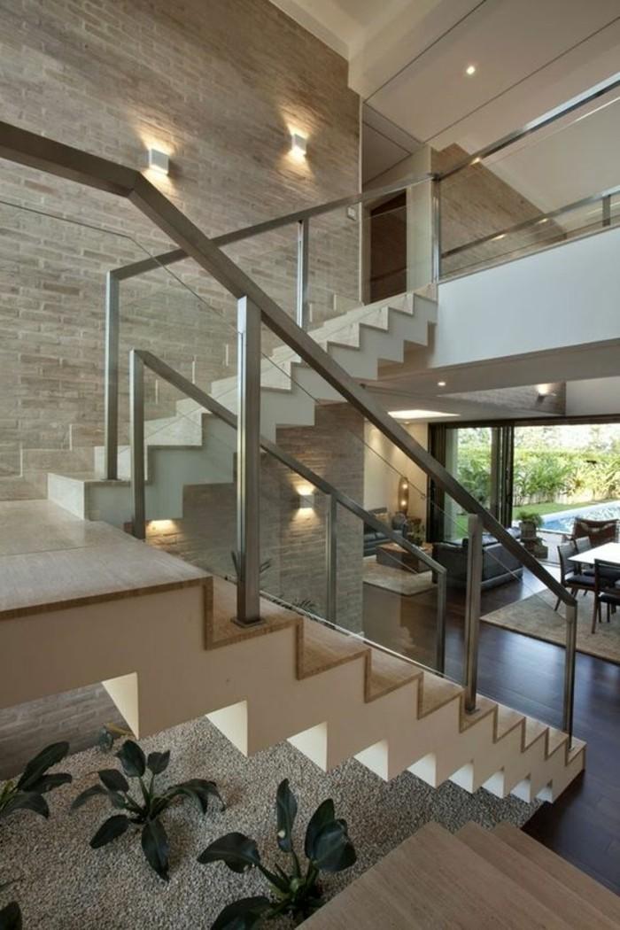Treppe mit Glasgeländer für schickes Interieur