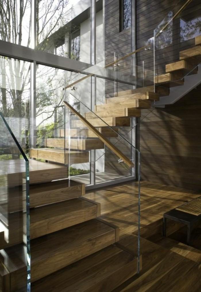 Glasgeländer-Treppe-und-holz-im-haus