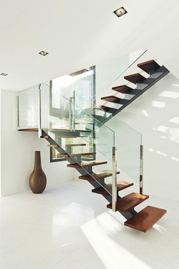 Glasgeländer-Treppe-weiße-wände-und-decke