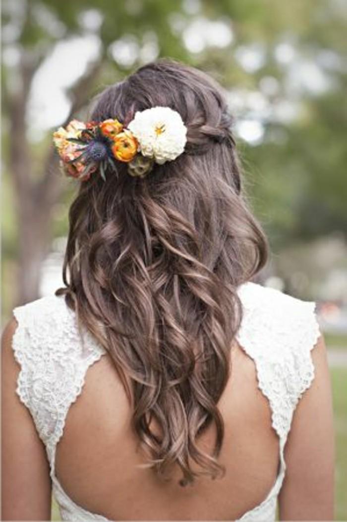 Haarschmuck-blumen-und-lockige-haare