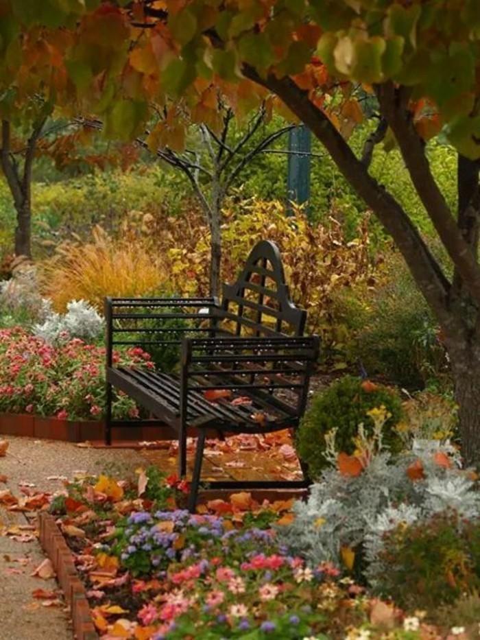 Herbst-im-Park-viele-bunte-Blätter-schwarze-Bank