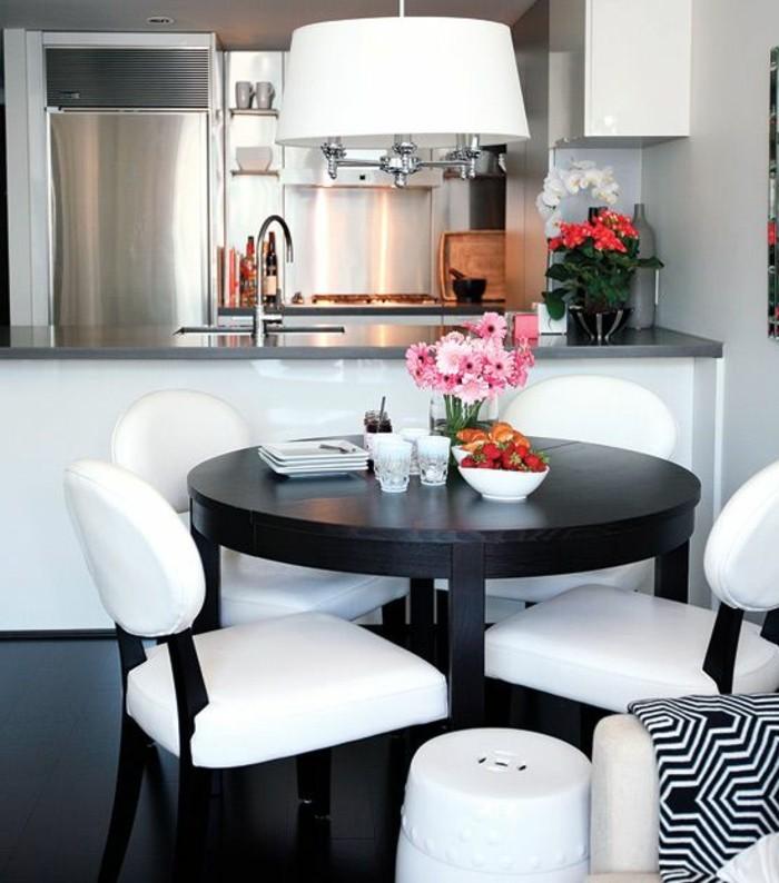 Interieur-Idee-für-kleinen-Raum-runder-Tisch-elegante-weisse-Stühle