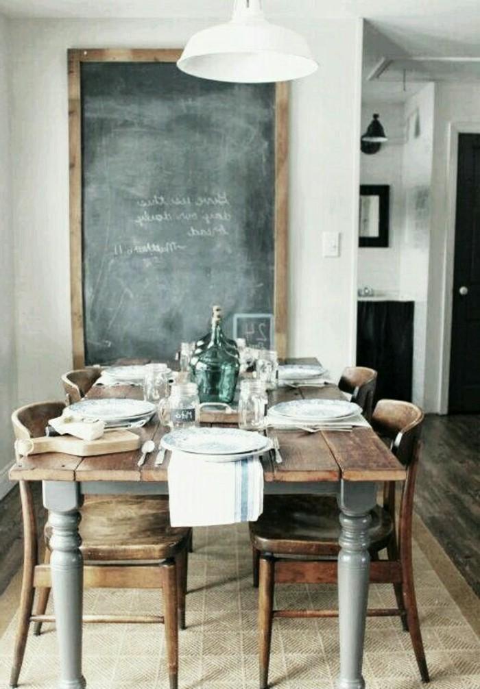 Interieur-in-Landhausstil-Esstisch-aus-Holz-vintage-Esszimmerstühle